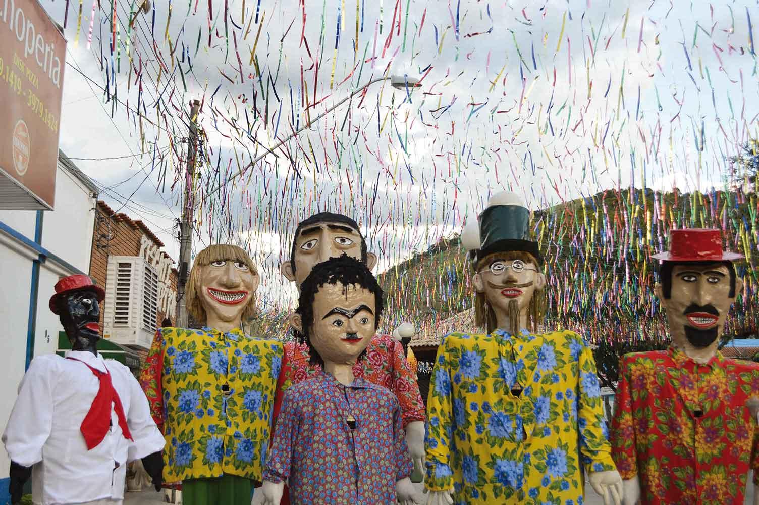 Pereirões em Monteiro Lobato-Monteiro-Lobato-Artes-Pereiroes-bonecos-gigantes-bx
