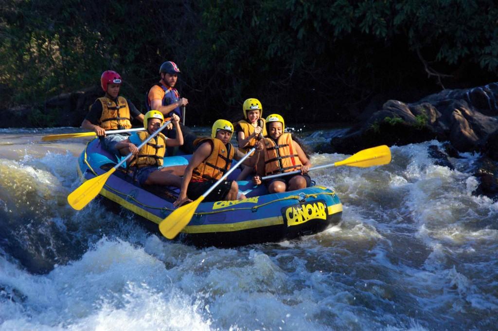 Rafting no Rio Atibaia promovido pelo Centro de Ação e Aventura do Hotel Fazenda Solar das Andorinhas