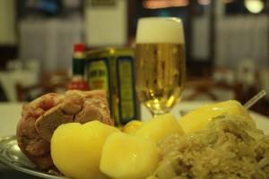 Joelho de porco com batata e chucrute - Bar Heinz