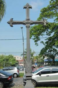 Esta Cruz, que data do séc. XVIII, estava colocada na torre da Capela de São Francisco no antigo Hospital da Santa Casa, à Av. São Francisco