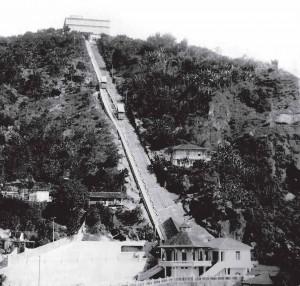 Bonde funicular subindo para o Cassino Monte Serrat