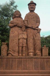 esculturas e monumentos-Monumento Família de Imigrantes